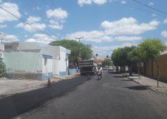 PREFEITURA E CAGECE – Em Milagres é iniciada recuperação de asfalto em ruas da sede do município