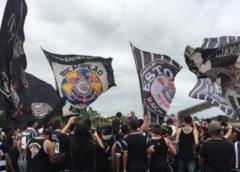Protesto: organizada do Corinthians faz ameaças e pede saída de Andrés