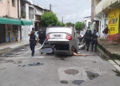 Perseguição policial a carro roubado termina em tiroteio, acidente e bandidos mortos