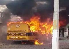 Homem ateia fogo em ônibus escolar no interior do Ceará
