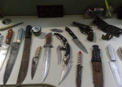 Polícia encontra espingarda, rifle, facas e munição em casa de frentista em Milagres-CE
