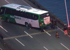 Homem armado faz reféns em ônibus na Ponte Rio-Niterói, que está fechada