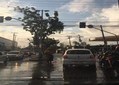 Semáforos amanhecem apagados ou piscantes em diferentes bairros de Fortaleza; veja lista