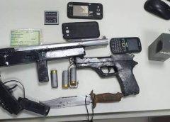 Polícia apreende espingarda calibre 12, réplica de pistola e captura dois suspeitos em Fortaleza