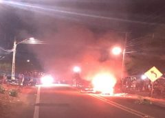 Suspeitos de assaltos são perseguidos, agredidos e incendiados por moradores na Grande Fortaleza