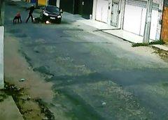 Câmeras filmam momento em que criminosos assaltam e matam homem na rua