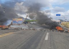 Grupo de motoristas bloqueia rodovia que dá acesso a Uruburetama