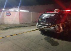 Homem é encontrado morto após moradores ouvirem tiros em rua do Bairro Guajiru, em Fortaleza
