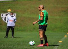 Atlético pode levar vantagem por ter retornado aos treinos antes dos concorrentes? Fábio Santos responde