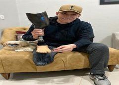Bem-humorado, ex-goleiro da Chape brinca com perna amputada