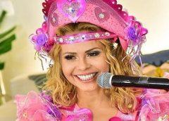 Top de Joelma rasga em live e filha assume microfone sem saber cantar