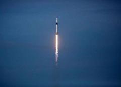 Cápsula da SpaceX com dois astronautas da Nasa se acopla na Estação Espacial Internacional