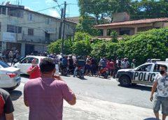 Irmãos assaltam farmácia, e um deles é ferido por policial que aguardava mulher do lado de fora da loja