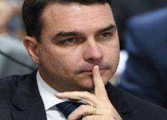 """Flávio Bolsonaro presta depoimento sobre """"esquema das rachadinhas"""" envolvendo Queiroz"""