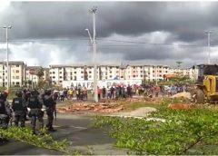 Construções irregulares erguidas por facções são removidas pela Prefeitura
