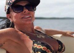 Aos 61 anos, Gretchen volta a 'bombar' na web com foto de biquíni