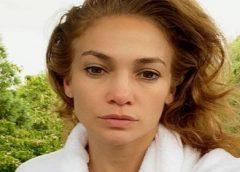 Jennifer Lopez posta selfie sem maquiagem e impressiona