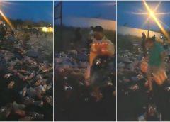 Caminhão com refrigerantes tomba, e carga é saqueada pela população no Ceará