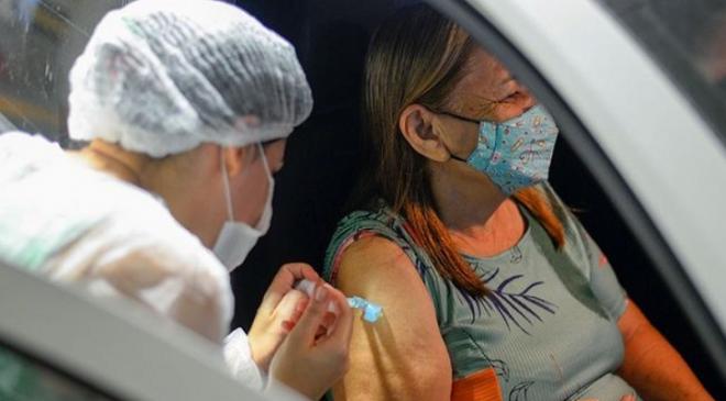 Camilo comemora aplicação de 450 mil doses da vacina contra a covid