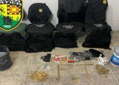 Dupla é presa com drogas, coletes e camisas com nome da Polícia Civil
