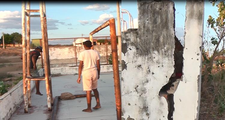 Descaso: Em Mauriti, crianças brincam em quadra correndo risco de desabamento do muro e sem energia elétrica.