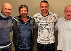Corinthians anuncia a contratação de Renato Augusto
