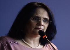 Após defender veto de Bolsonaro, Damares diz que governo distribuirá absorventes